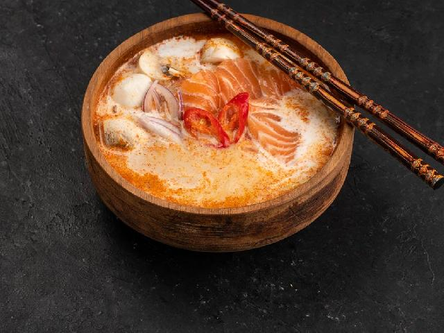 Суп Том-Ям с лососем в Рокет Ролл