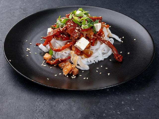 Лапша рисовая с лососем в Рокет Ролл